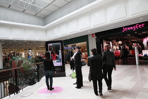 Cabine d'essayage virtuelle Carrefour dans un centre commercial
