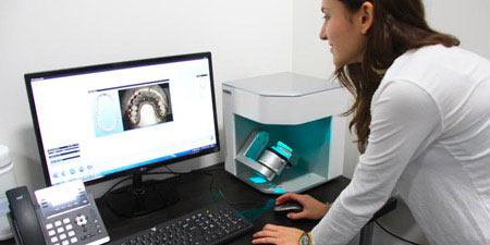 Le scan 3D pour la dentisterie. Utilisation d'un scanner 3D de bureau pour scanner une empreinte dentaire.