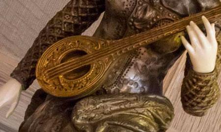Une statue de bronze avec les mains réparées grâce à l'impression 3D. Avantages de l'impression 3D pour les musées.