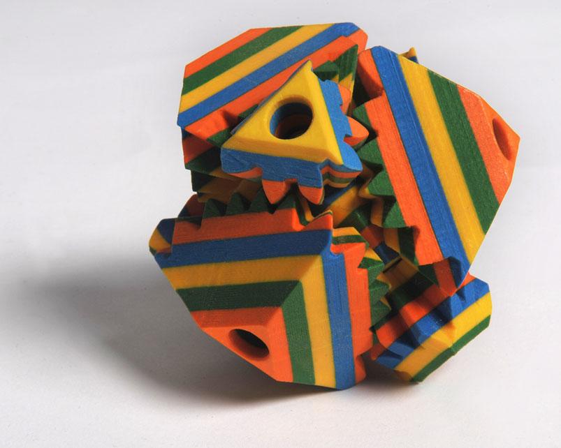 Une figure géométrique complexe colorée imprimée en 3D en papier à l'aide d'une imprimante Mcor 300+.