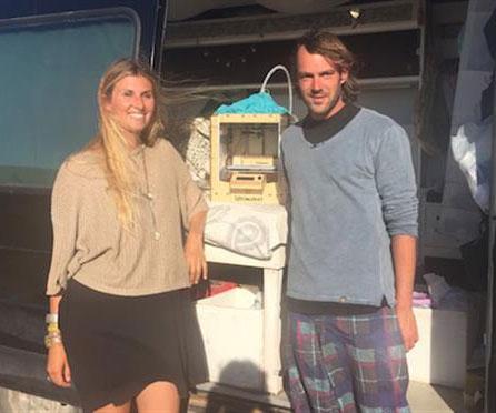 Jennifer Gadient et Fabian Wyss devant leur van équipé d'une imprimante 3D pour recycler les déchets plastiques des plages.