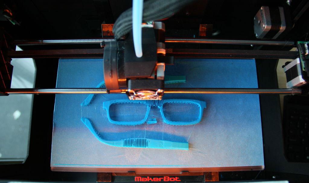 Une vue de l'impression 3D réalisée par la Replicator 2 de Makerbot, une imprimante 3D fonctionnant avec la technologie de dépôt de filament fondu.