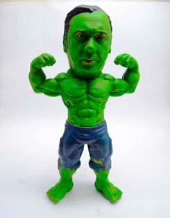 Une figurine d'action 3D personnalisée. Le visage d'une personne a été placé sur le Hulk.