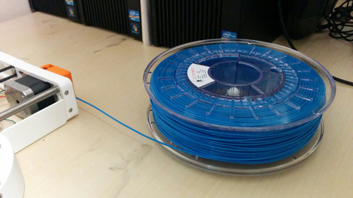 Filament spool next to the extruding engine
