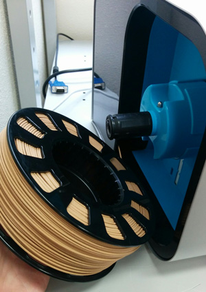 Insertion of the 3D filament on the side of the CEL Robox.