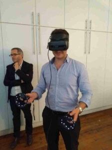 Pierre-Antoine teste un casque de réalité virtuel.