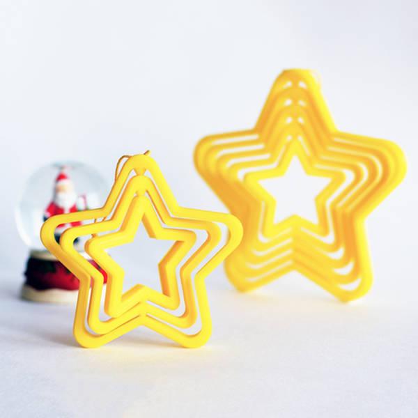 Une boule de noël en forme d'étoile qui tourne.