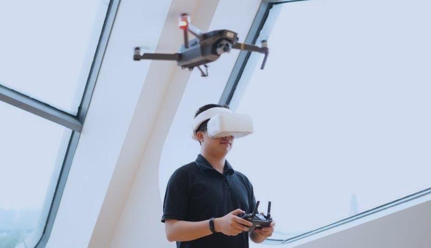 Un pilote de drone utilisant les DJI Goggles et une télécommande simultanément.