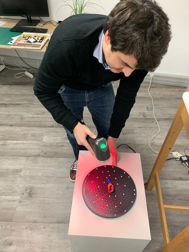 Pierre Antoine en train de numériser des petites lunettes de protection en 3D.